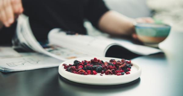 Kuivattuja luomumarjoja lautasella