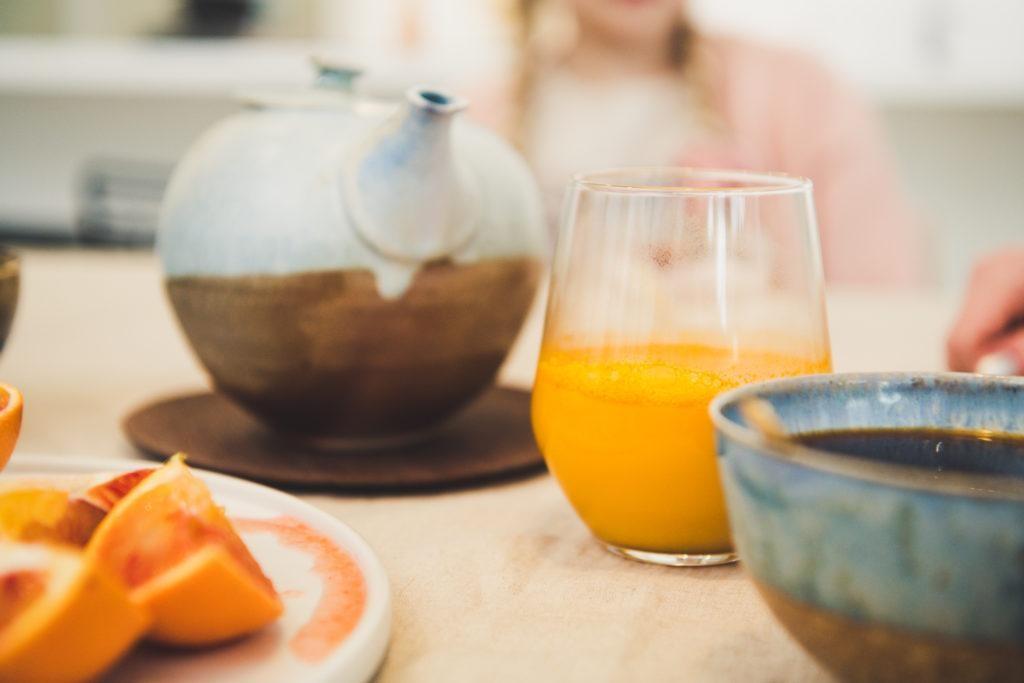 Kahvipannu ja tuoremehulasi pöydällä