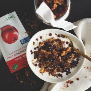 Rapeaa granolaa kulhossa jogurtin kanssa