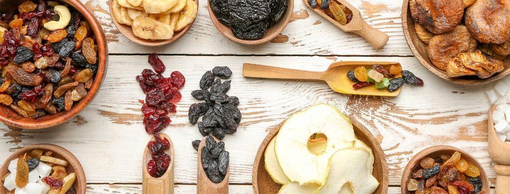 kuivattuja hedelmiä ja marjoja ja pähkinöitä