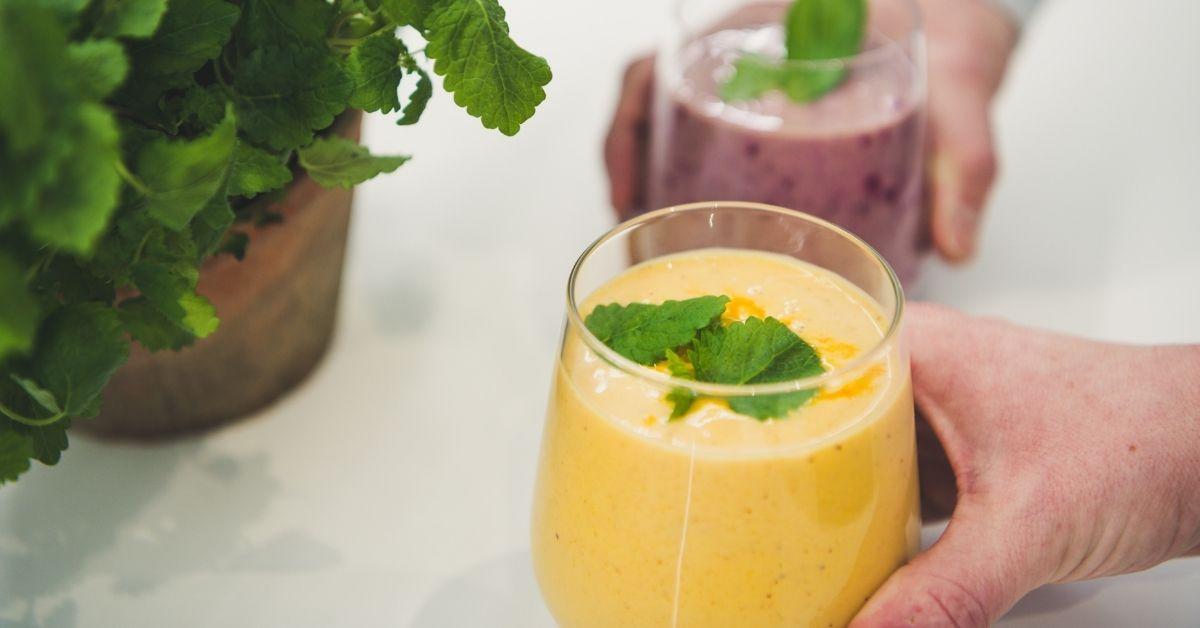 Terveellinen smoothie lasissa